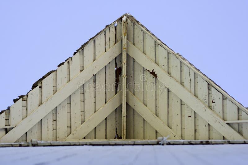 Wood tak för vit ladugård arkivbild