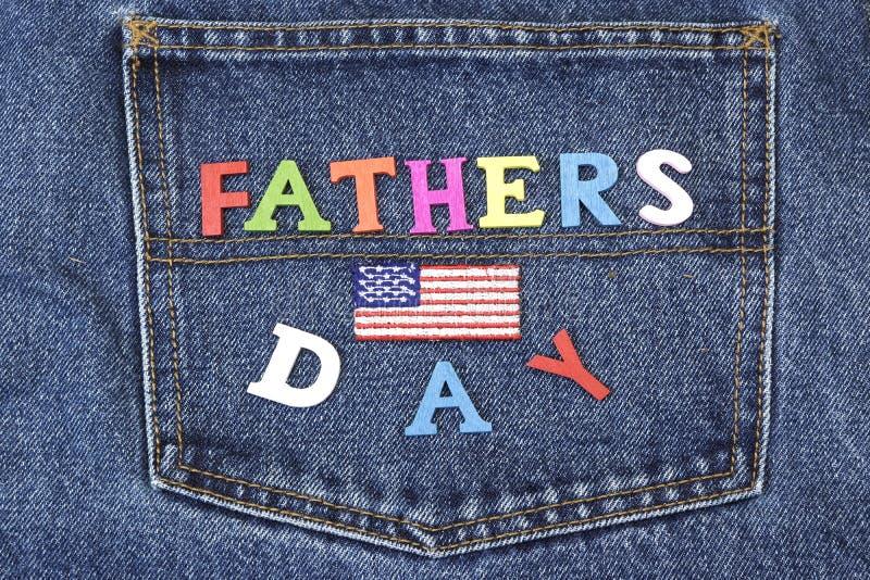 Wood tecken för Father's dag på jeansbakfickabakgrund fotografering för bildbyråer