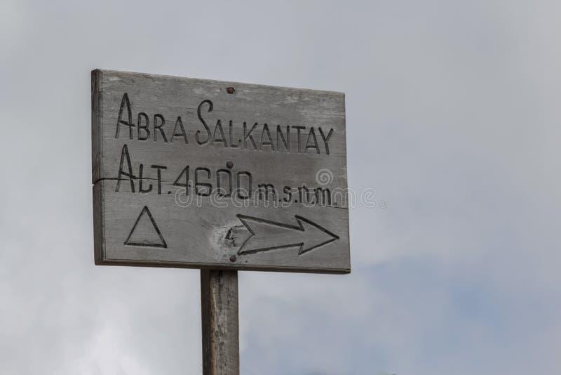 Wood tecken upptill av det Salkantay berget i Peru royaltyfri foto