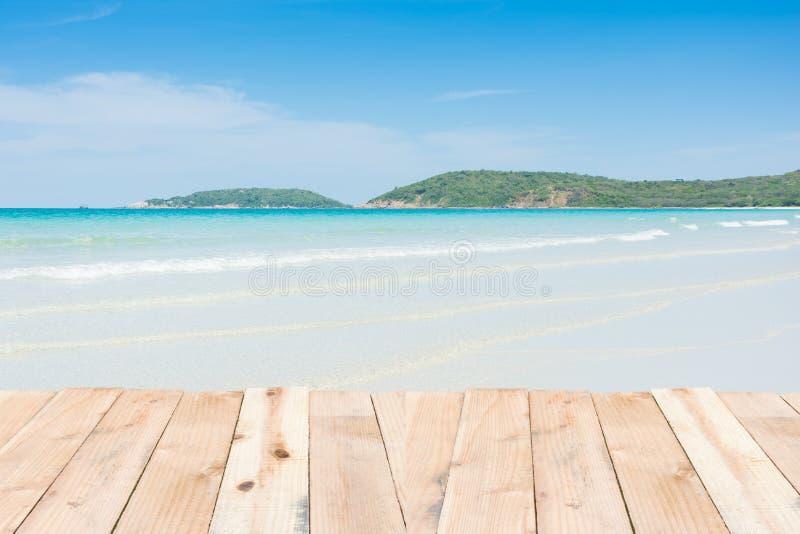 Wood terrass på blå himmel för strand arkivfoto
