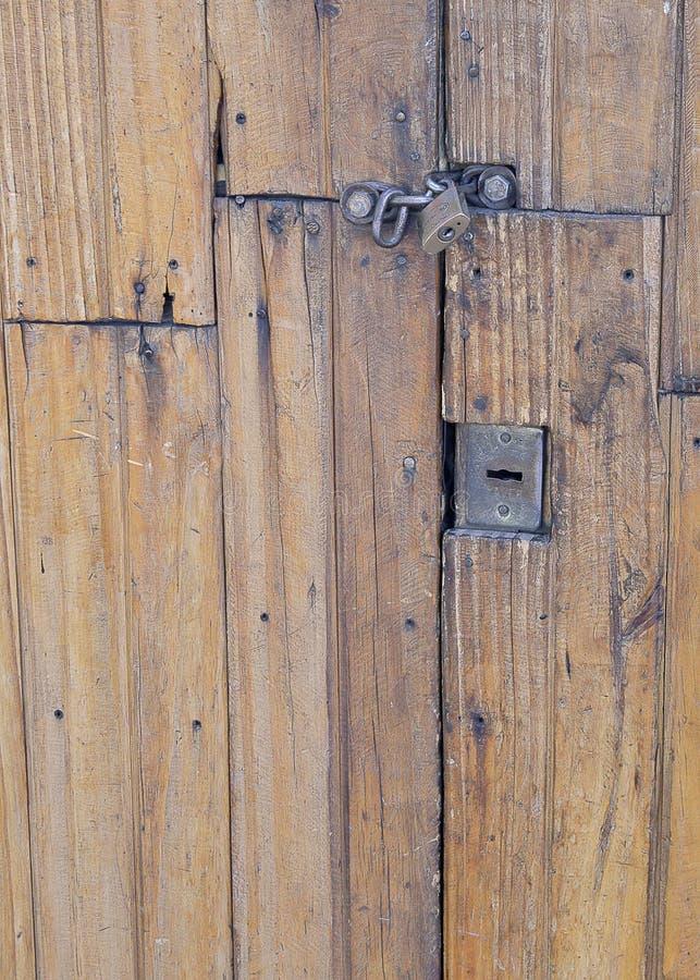 Wood textur - ek - hänglås - dörr arkivbild