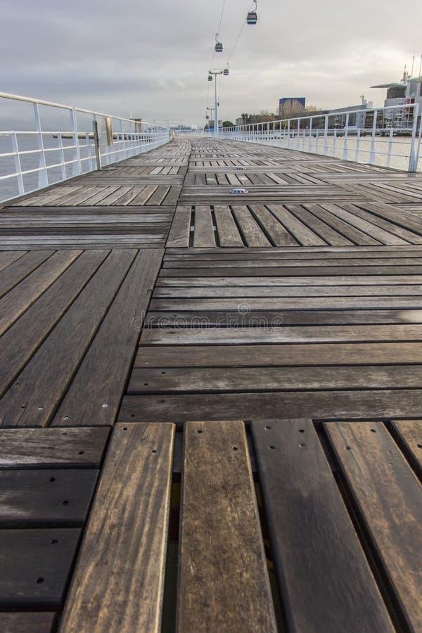 Wood trottoar i den Parque expon, Lissabon, Portugal fotografering för bildbyråer