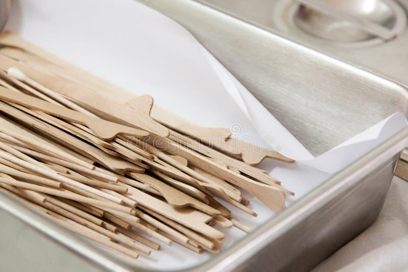 Wood tunt smörlagersilkespapper på halsen royaltyfri bild