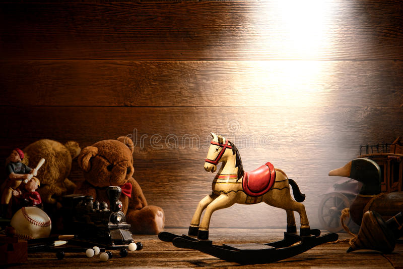 Wood vagga häst för tappning och gammala Toys i loft fotografering för bildbyråer