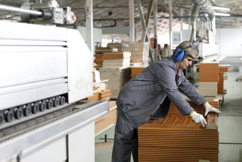 wood working för fabrikskvinna arkivfoto