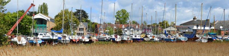 Woodbridgepanorama met riet en boten in yard royalty-vrije stock afbeeldingen