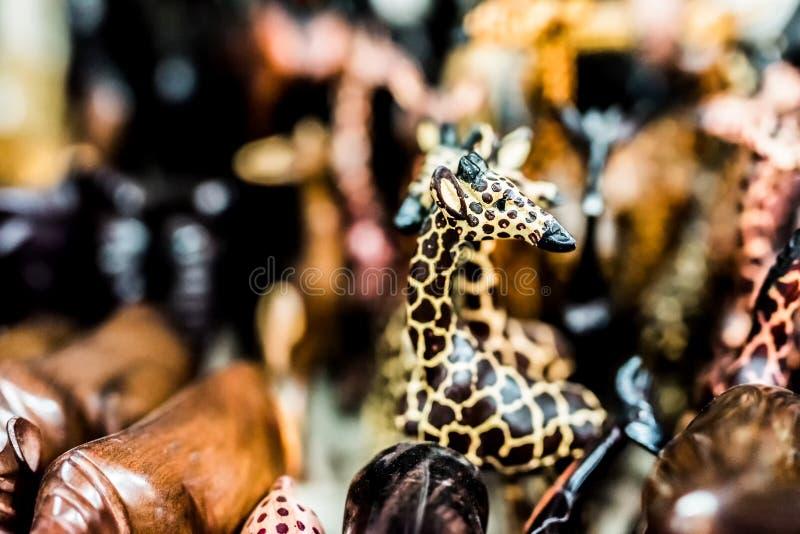 Woodcarved leksaker på den afrikanska loppmarknaden royaltyfri foto