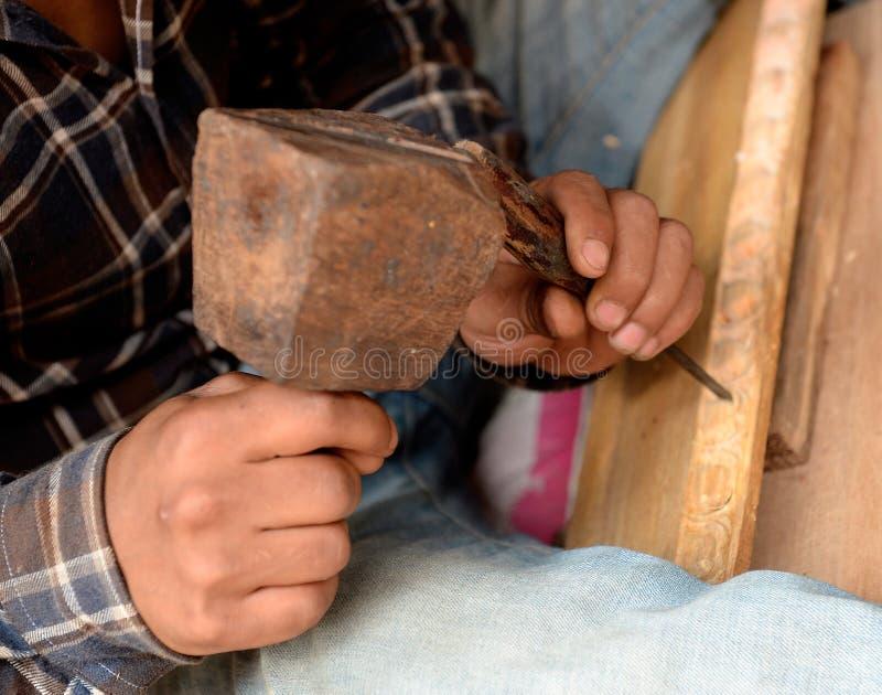 Woodcarver ou marceneiro no trabalho imagem de stock