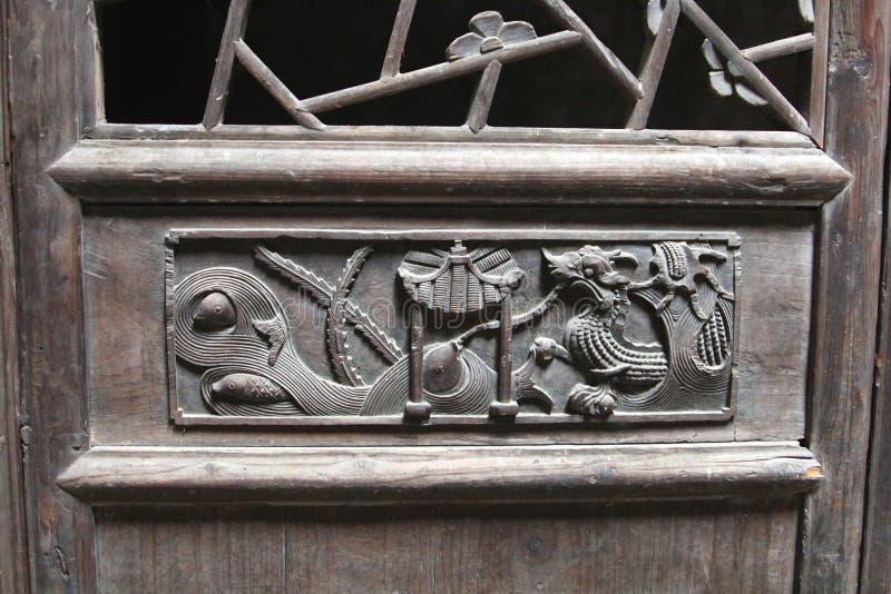 Woodcarving dekoracje z smokiem przy antycznym szalunku drzwi, Daxu, Chiny zdjęcia stock