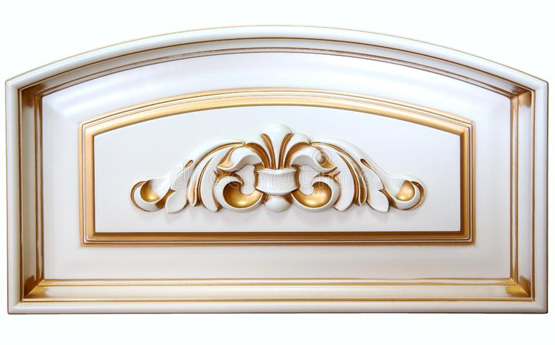 Woodcarving do elemento Mobília no estilo clássico árvore branca com guarnição do ouro patina carving Profundidade de campo peque imagem de stock royalty free