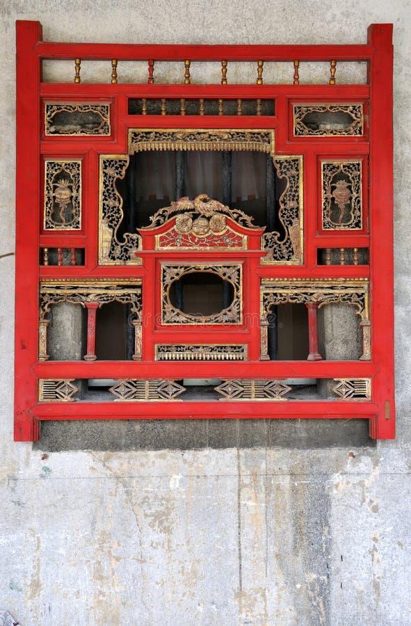 Woodcarvingfenster in der chinesischen traditionellen Art stockfoto
