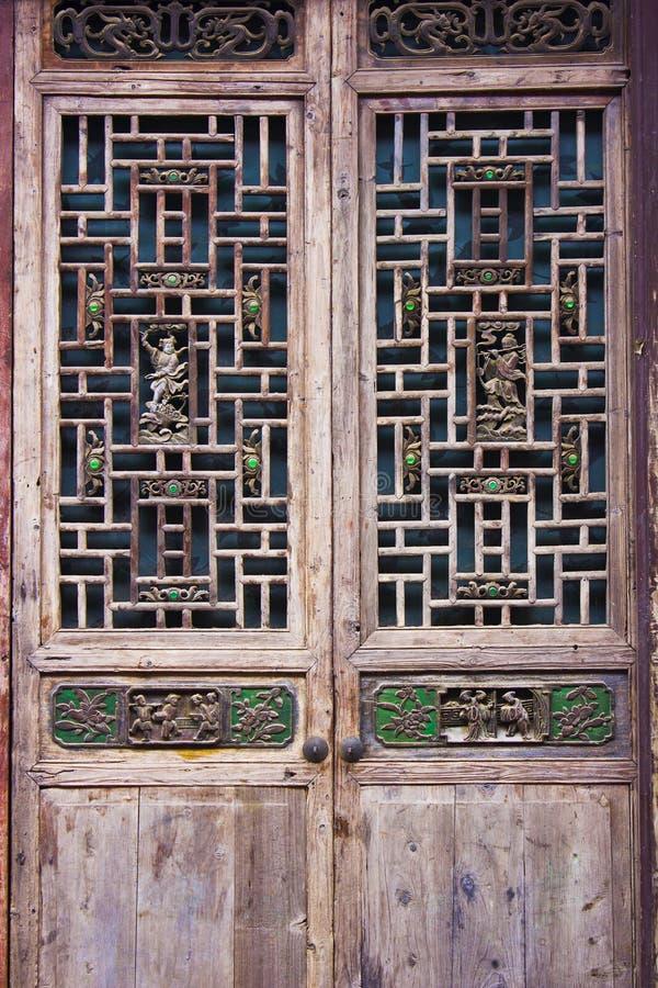Woodcarvingsdeuren en vensters stock fotografie