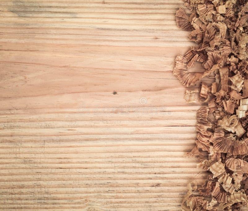 Woodchips στον πίνακα έλατου στοκ εικόνες με δικαίωμα ελεύθερης χρήσης