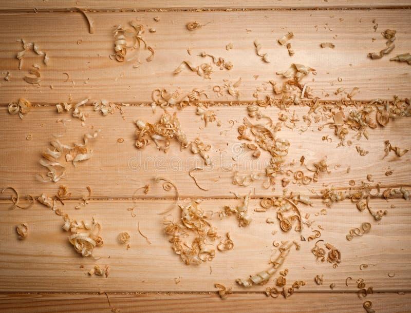 Woodchips (golenia) na drewnianej powierzchni zdjęcie royalty free