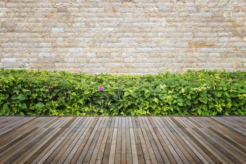 Woodecking of bevloering en installatie in decoratieve tuin stock fotografie