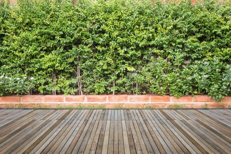 Woodecking of bevloering en installatie in decoratieve tuin royalty-vrije stock fotografie