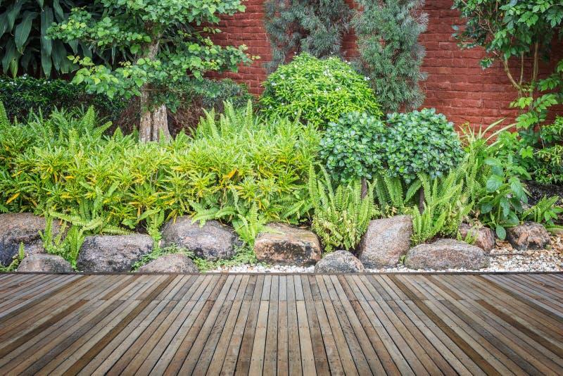 Download Woodecking Eller Durk Och Växt I Trädgårds- Dekorativt Arkivfoto - Bild av lawn, granit: 76700864