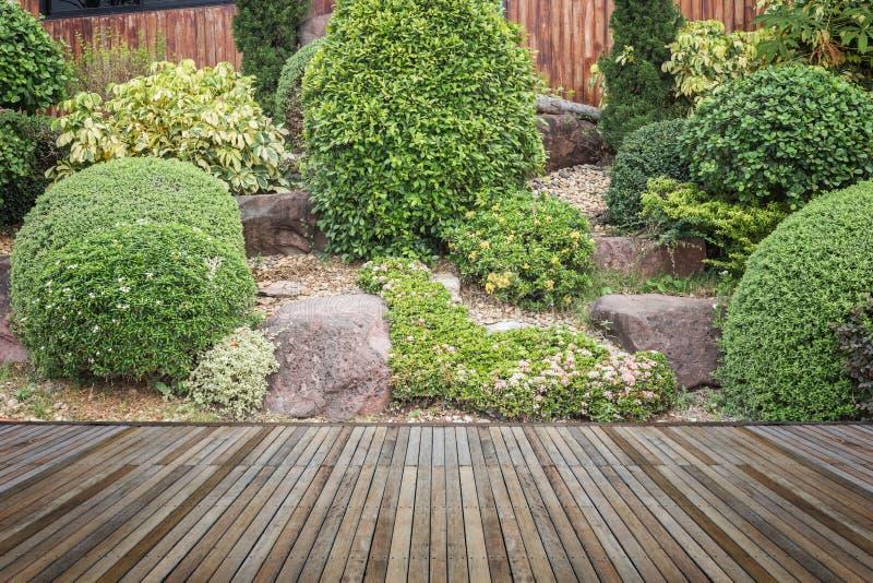 Download Woodecking Eller Durk Och Växt I Trädgårds- Dekorativt Arkivfoto - Bild av boaen, planka: 76700908