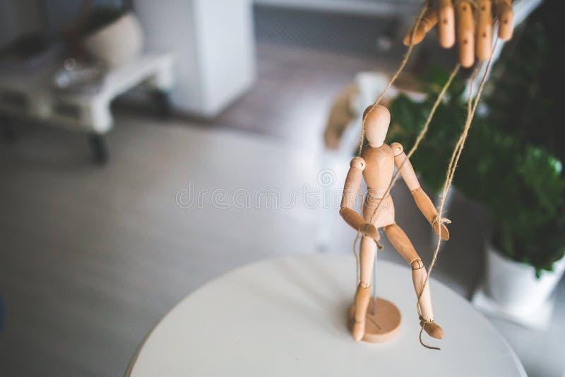 Wooden mannequin als marionette stock afbeeldingen