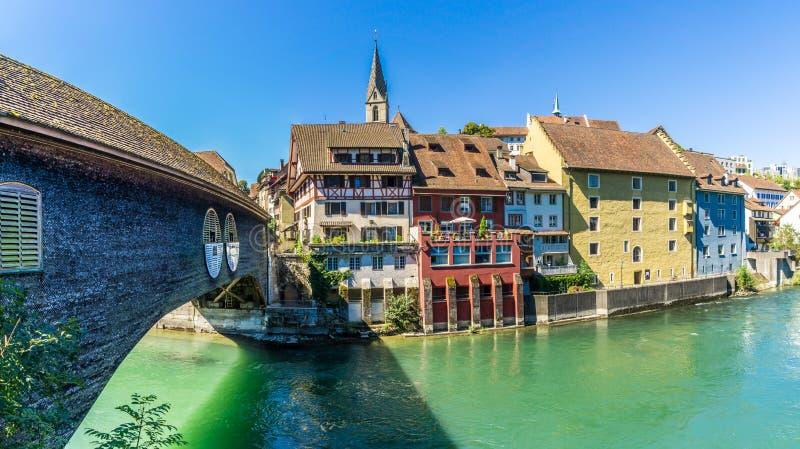 Woodenbridge över den Limmat floden i Baden - Schweiz arkivfoto