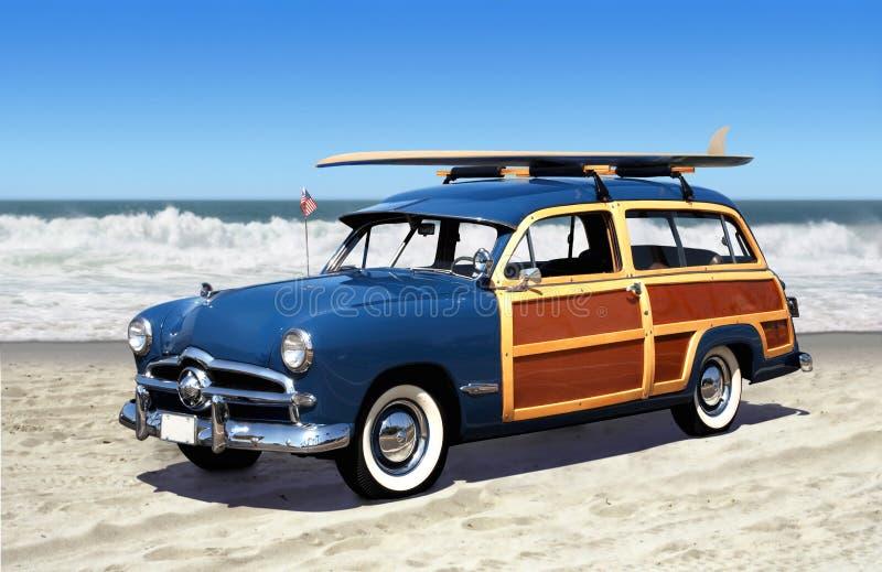 Woodie en la playa imagen de archivo libre de regalías