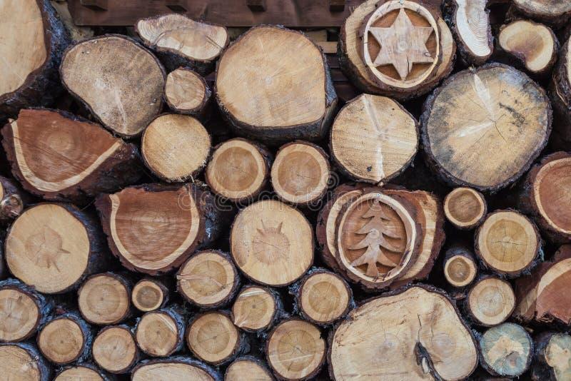 Woodpile с красивыми деревянными украшениями: Поперечное сечение предпосылки стволов дерева стоковая фотография