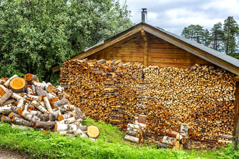 Woodpile com madeira em uma casa de campo imagem de stock royalty free