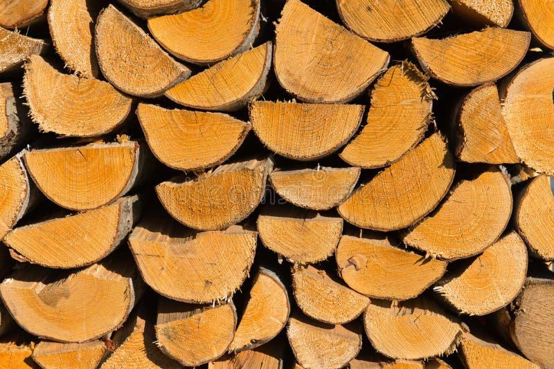 Woodpile gestapelt in der Sonne stockbilder