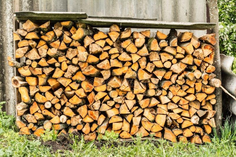 woodpile Le?a apilada en un woodpile Madera de abedul en la gama cercana imagen de archivo