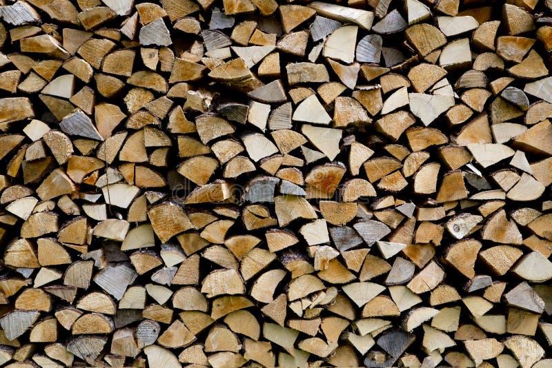 Woodpile wordt gestapeld van differen vriendelijke types stock fotografie