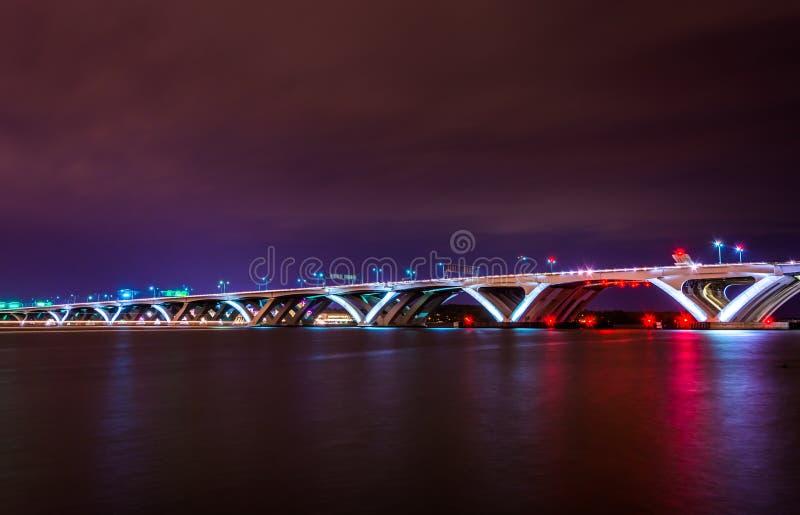 Woodrow Wilson Bridge la nuit, vu de l'Alexandrie, Vierge photos libres de droits
