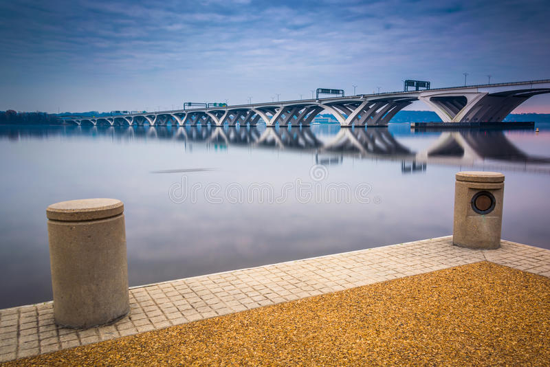 Woodrow Wilson Bridge, visto dal waterfron del fiume Potomac immagini stock