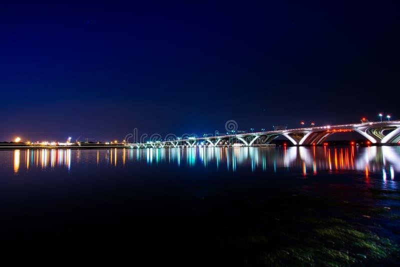 Woodrow Wilson Memorial Bridge la nuit avec la réflexion outre du photos stock