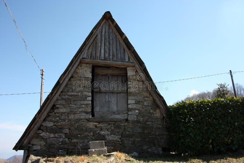 Woodshed в горах или складском помещении построенных в журналах для того чтобы хранить вещи стоковые изображения rf