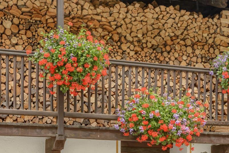 Woodshed на blossoming деревянном балконе, Святом Джине Gressoney, Ita стоковая фотография