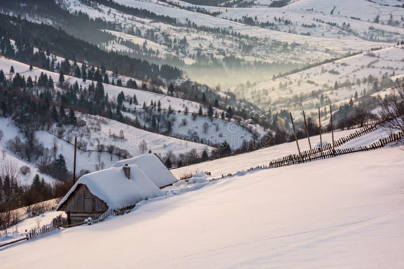 Woodshed na zboczu w głębokim śniegu zdjęcie stock