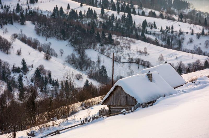 Woodshed na zboczu w głębokim śniegu zdjęcia stock