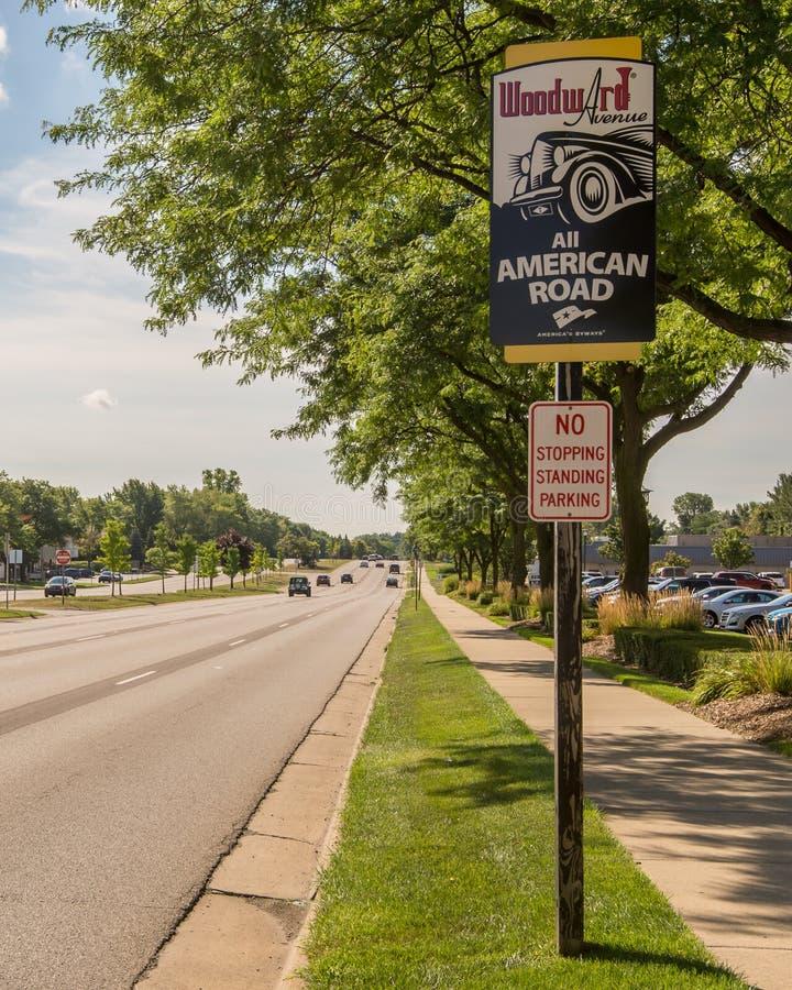 `-Woodward aveny: Allt amerikanskt väg`-tecken, på den Woodward drömkryssningen arkivfoton