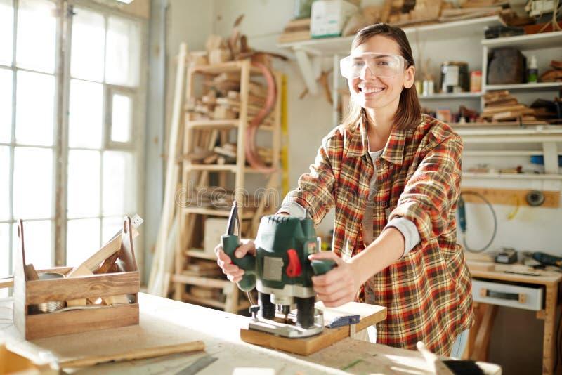 Woodworker που εργάζεται με τον κόπτη στοκ εικόνες