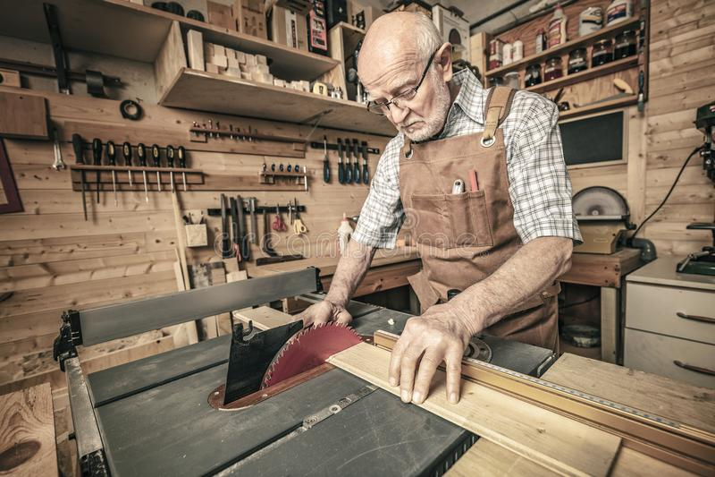 Woodworker τέμνον ξύλο στοκ φωτογραφίες