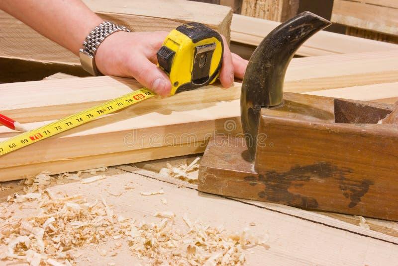 Woodworker com medida de fita fotografia de stock