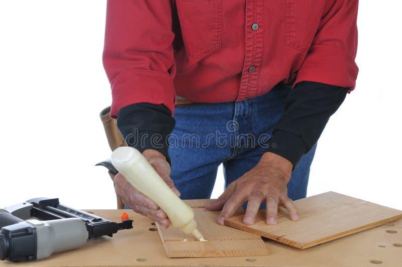 Woodworker que aplica a colagem imagens de stock