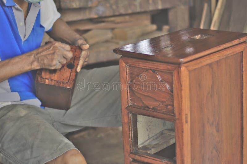 Woodworkers επισκευάζουν τα συρτάρια, στοκ φωτογραφίες