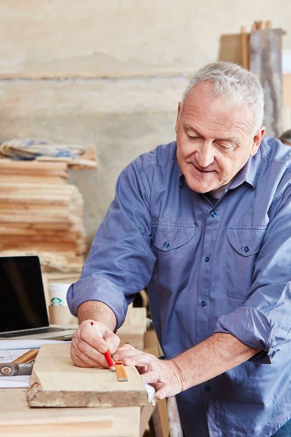 Woodworking старшего человека стоковое фото rf