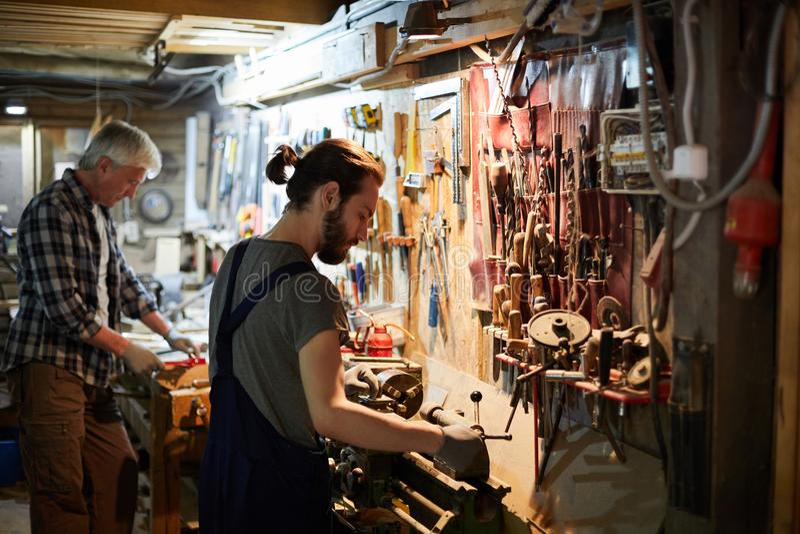 Woodworking w warsztacie obrazy stock
