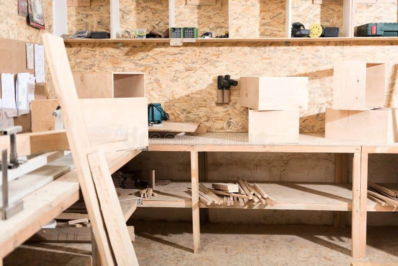 Woodworking warsztat z różnymi instrumentami obraz stock
