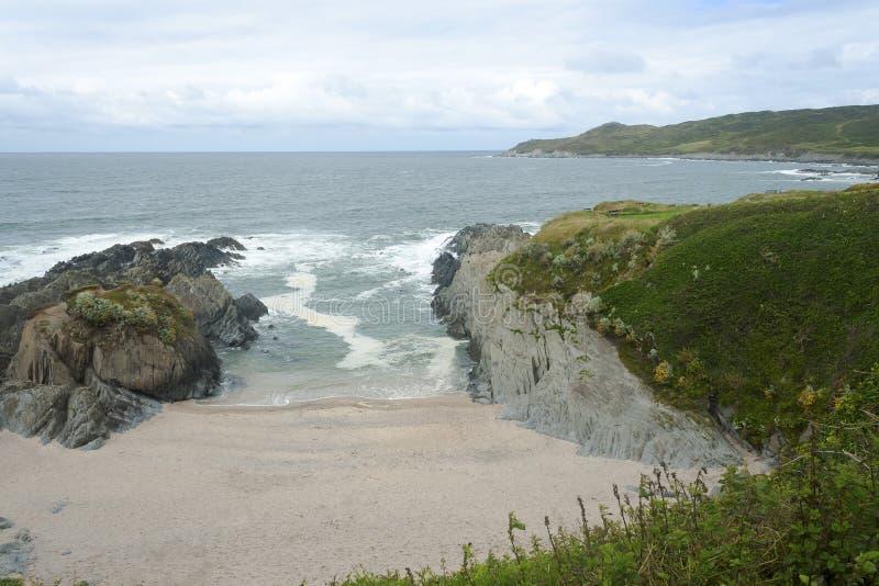 Woolacombe-Strand in einer Bucht von Felsen stockbilder