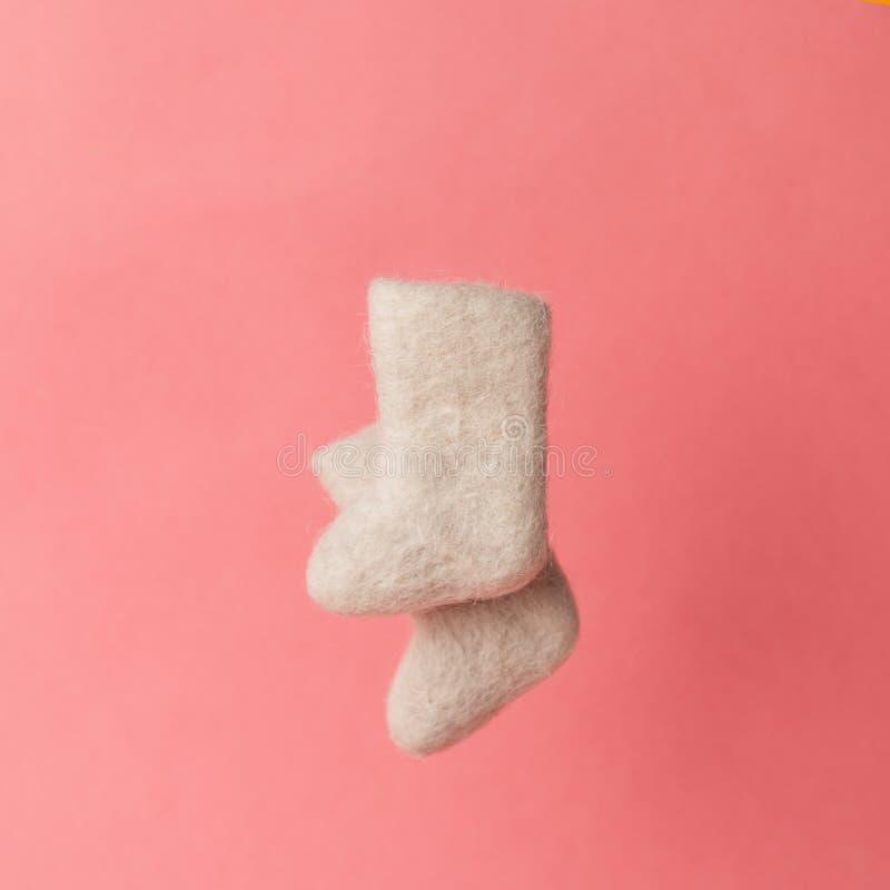 Woolen ciepła zima kuje valenki na różowym tle Pojęcie zima Zima buty zdjęcia royalty free