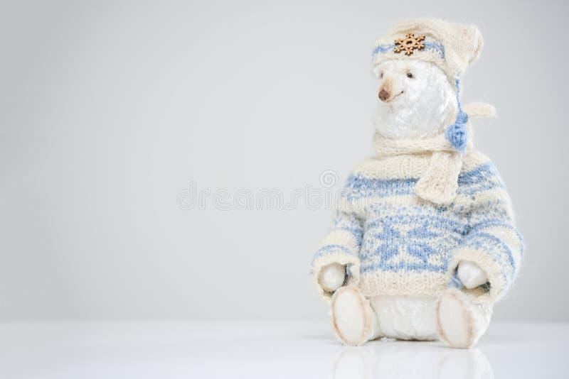 Woolen Eisbär gestricktes Strickjackenhut-Schalspielzeug stockbilder