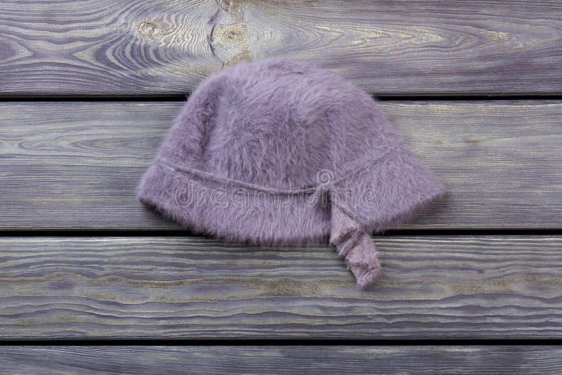 Woolen haariger purpurroter Hut lizenzfreie stockfotos
